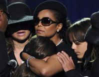 <p>A audiência judicial sobre a guarda dos três filhos do cantor Michael Jackson foi adiada de novo nesta sexta-feira, numa aparente tentativa para que os envolvidos cheguem a um acordo. REUTERS/Gabriel Bouys/Pool (UNITED STATES ENTERTAINMENT OBITUARY)</p>