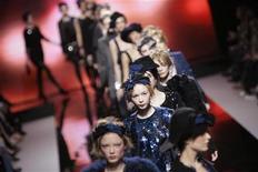 <p>Modelle a una sfilata a Milano. REUTERS/Alessandro Garofalo</p>