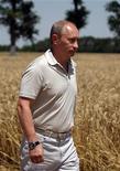 <p>Премьер-министр России Владимир Путин прогуливается по пшеничному полю в Краснодарском крае 3 июля 2009 года. Приоритетом бюджетной политики РФ на 2010 год останутся социальные расходы, и если денег не хватит, правительство потратит резервные фонды, сказал премьер Владимир Путин, открывая совещание, на котором должны быть утверждены источники покрытия дефицита бюджета-2010. REUTERS/Alexei Druzhinin</p>