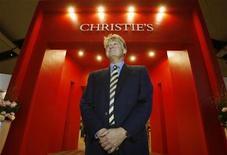 <p>CImagen de archivo del presidente ejecutivo de Christie's, Edward Dolman, en una venta en Hong Kong, 3 dic 2008. La casa de subastas Christie's, la más grande del mundo, vendió obras de arte por valor de 1.200 millones de libras (unos 1.800 millones de dólares) en el primer semestre de 2009, una caída del 35 por ciento respecto al mismo período del año anterior. REUTERS/Bobby Yip/Archivo</p>