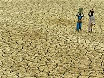 <p>Индианки несут кувшины с питьевой водой через сожженную засухой землю в Чандигархе, Индия. Незамужние крестьянские дочери в индийском штате Бихар вышли на пашню нагишом, надеясь, что боги пошлют дождь высохшим полям. REUTERS/STR New</p>