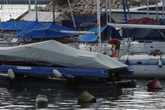<p>A man cleans the hull of a yacht at a Hong Kong yacht club in Hong Kong, July 23, 2009. REUTERS/Tyrone Siu</p>