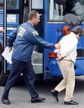 <p>Агент ФБР выводит арестованного мужчину из автобуса у здания федерального суда в Ньюарке 23 июля 2009 года. Более сорока человек, в том числе мэры трех городов, видные политики и раввины, были арестованы в четверг в американском штате Нью-Джерси в рамках масштабного антикоррупционного расследования, проводимого ФБР в течение десяти лет. REUTERS/Chip East</p>