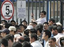 <p>Толпа продавцов позади Черкизовского рынка в Москве 22 июля 2009 года. Китай дал понять России, поставляющей ему сырье и ждущей очередных траншей $25-миллиардного кредита, что давление на китайских торговцев, изгнанных с крупнейшего рынка Москвы, чревато проблемами в ее отношениях с Пекином. REUTERS/Sergei Karpukhin</p>