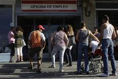 <p>Люди стоят перед биржей труда в Мадриде 2 июля 2009 года. Европейцы опасаются дальнейшего ухудшения ситуации на рынке труда, при этом наиболее оптимистичные настроения наблюдаются у жителей Скандинавии, а самыми пессимистичными стали жители прибалтийских стран, показывают результаты проведенного Eurobarometer опроса. REUTERS/Susana Vera</p>