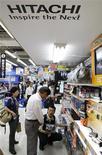 <p>Hitachi a vu ses comptes plonger dans le rouge sur le premier trimestre 2009-2010 en raison d'une forte baisse de ses ventes, affichant une perte nette de 82,7 milliards de yens sur la période avril-juin contre un bénéfice de 31,56 milliards il y a un an. Le plus important fabricant d'électronique japonais confirme également anticiper une perte pour l'ensemble de l'exercice, ce qui serait la troisième perte annuelle consécutive. /Photo prise le 27 juillet 2009/REUTERS/Kim Kyung-Hoon</p>