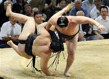 <p>Mongolian sumo yokozuna (grand champion) Hakuho (R) throws down his compatriot yokozuna Asashoryu on the last day of the 15-day Nagoya Grand Sumo Tournament in Nagoya, central Japan in this July 26, 2009 file photo. REUTERS/Kyodo/Files</p>