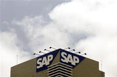 <p>SAP a revu en hausse de son objectif de marge opérationnelle 2009 à l'occasion de la publication de résultats du deuxième trimestre supérieurs aux attentes. Le numéro un mondial des progiciel a réalisé un Ebit de 714 millions d'euros au deuxième trimestre, un chiffre en baisse de 2% par rapport à il y a un an, mais plus élevé que les 634 millions attendus en moyenne par les analystes interrogés par Reuters. /Photo prise le 24 juin 2009/REUTERS/Punit Paranjpe</p>