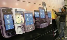 <p>Alcune gigantografie di smartphone REUTERS/Christian Charisius</p>