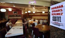 """<p>Объявление """"Курение запрещено. Штраф 70 турецких лир"""" в ресторане Стамбула 14 июля 2009 года. Владелец небольшого ресторана на юго-западе Турции был застрелен посетителем, после того как согласно новому закону, запрещающему курение в общественных местах, пытался помешать ему насладиться табачным дымом, сообщила газета Hurriyet. REUTERS/Osman Orsal</p>"""