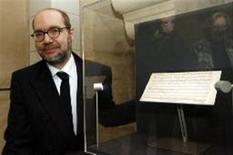 <p>Ulrich Leisinger, pesquisador da Fundação Internacional Mozarteum, posa ao lado de partitura de Mozart. Um pianista austríaco executou duas peças recém descobertas do compositor em público pela primeira vez no domingo. REUTERS/Stephane Mahe</p>