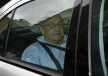 <p>German-Canadian arms dealer Karlheinz Schreiber arrives at the prison in the Bavarian town of Augsburg, August 3, 2009. REUTERS/Alexandra Beier</p>