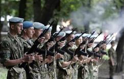 <p>Russian paratroopers fire their submachine guns during celebrations marking the forces' annual holiday in the southern city of Stavropol August 2, 2009. REUTERS/Eduard Korniyenko</p>