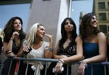 """<p>Algunas de las participantes de la prueba de elenco de la película """"Sex And The City 2"""" en Nueva York, 4 ago 2009. Más de mil personas hicieron fila durante varias horas el martes en Nueva York para tener la oportunidad de ser un extra en la secuela de la película """"Sex and the City"""". REUTERS/Mike Segar</p>"""