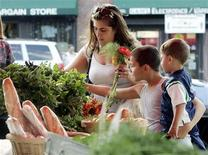 <p>A mother shops for food in a file photo. REUTERS/File</p>