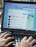 <p>Opposition Democratic Party lawmaker Seiji Ohsaka uses Twitter at his office in Tokyo June 29, 2009. REUTERS/Michael Caronna</p>