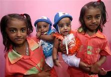 <p>Due coppie di gemelle del villaggio di Kodinji. REUTERS/Arko Datta (INDIA SOCIETY ODDLY)</p>