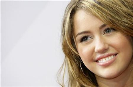 Miley Cyrus arrives for the German film premiere 'Hannah Montana-The Movie' in Munich April 25, 2009. REUTERS/Michaela Rehle