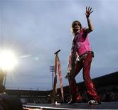 <p>Cantante degli Aerosmith cade dal palco e si rompe la spalla. REUTERS/Stringer</p>