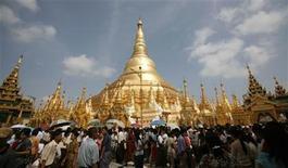 <p>Devotees crowd the Shwedagon Pagoda during the Kason watering festival in Yangon May 8, 2009. REUTERS/Soe Zeya Tun</p>