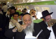 <p>Rabbis blow rams' horns known as shofars during a flight over Israel August 10, 2009. REUTERS/Yehuda Shlezinger/Israel Hayom</p>
