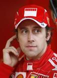 <p>Foto de arquivo do piloto de testes da Ferrari Luca Badoer durante sessão de treinos em Barcelona. Badoer disse nesta terça-feira estar preparado para correr um Grande Prêmio pela Ferrari após o heptacampeão Michael Schumacher desistir de voltar às pistas. REUTERS/Albert Gea</p>