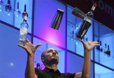 <p>El alemán Levent Yilmaz hace malabares mientras prepara un cóctel durante la final del Campeonato Mundial de Cócteles en Berlín, 11 ago 2009. Camareros de todo el mundo encandilaron al público berlinés con prácticas impresionantes de malabares, agitación y batido de bebidas en un concurso para convertirse en el 35 campeón mundial de cócteles. REUTERS/Thomas Peter</p>