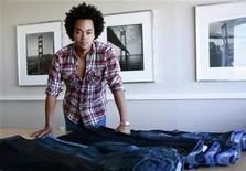 <p>Patrick Robinson, capo designer della Gap, accanto ai jeans del marchio Usa. REUTERS/Robert Galbraith</p>