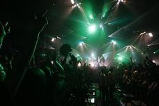 """<p>La banda británica Kasabian se presenta en el festival japonés Summer Sonic 2009 en Chiba, cerca de Tokio, 7 ago 2009. La banda británica Kasabian ha tenido tres discos multiventas, pero los roqueros psicodélicos aún no se acostumbran al grado de éxito que tienen en Japón. Ellos se presentaron frente a 50.000 seguidores japoneses en el mayor festival musical de Asia, """"Summer Sonic"""", luego de un espectáculo inicial que estuvo repleto de asistentes. REUTERS/Kim Kyung-Hoon/Archivo</p>"""