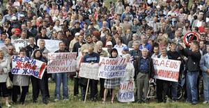 <p>Люди протестуют у завода АвтоВАЗ в Тольятти 6 августа 2009 года. Каждый четвертый россиянин называют вероятной реакцией на падение уровня жизни массовые акции протеста, избежать которых пытаются власти России. REUTERS/Sergei Serdyukov</p>