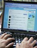 <p>Un étudiant israélien s'est créé un compte sur le site de micro-blogging Twitter pour collecter les prières des internautes et les placer dans les fentes du mur des Lamentations, à Jérusalem. /Photo d'archives/REUTERS/Michael Caronna</p>