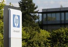<p>Hewlett-Packard fait état d'un bénéfice et d'un chiffre d'affaires trimestriels supérieurs aux attentes et annonce que son résultat annuel atteindra le milieu de la fourchette annoncée lors de ses précédentes prévisions. /Photo prise le 4 août 2009/REUTERS/Denis Balibouse</p>