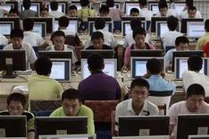 """<p>Clientes usan computadores en un cibercafé en Taiyuan, China, 29 jun 2009. Un chico de 14 años fue golpeado y sufrió heridas graves en un centro chino de adictos a internet, dijeron el miércoles medios estatales, días después de que otro muchacho muriera tras un ataque similar. Los padres chinos han acudido a más de 200 organizaciones que ofrecen tratamiento para """"desórdenes"""" causados por navegar en la red informática, en momentos en que el Gobierno advierte de manera creciente sobre la adicción a internet entre los jóvenes del país. REUTERS/Stringer</p>"""