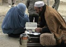 <p>An Afghan fortune teller (R) talks to a customer in Kabul January 3, 2008. REUTERS/Omar Sobhani</p>