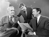"""<p>Imagen que muestra al productor de notocias de CBS y creador de """"60 Minutes"""" Don Hewitt, con los periodistas Harry Reasoner (izq) y Mike Wallace (der), sep 1968. Don Hewitt, el creador del programa de CBS News """"60 Minutos"""" y una de las figuras más influyentes detrás de escena en el periodismo de televisión estadounidense, murió el miércoles a los 86 años, dijo la emisora. Hewitt sufría cáncer. Trabajó como productor o director para las leyendas de CBS Edward R. Murrow, Douglas Edwards y Walter Cronkite, pero su legado más importante fue la introducción del formato noticioso de """"60 Minutos"""" en 1968. REUTERS/CBS/Frank Micelotta/Handout</p>"""
