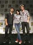 "<p>lLos actores Taylor Lautner, Kristen Stewart y Robert Pattinson del filme ""The Twilight Saga: New Moon"" posan en el Comic Con en San Diego, 23 jul 2009. Summit Entertainment, productora de las películas ""Twilight"", y Creation Entertainment planean realizar una serie de exhibiciones para los seguidores de la saga de vampiros adolescentes en numerosos puntos de América del Norte durante los próximos tres años. REUTERS/Mario Anzuoni</p>"