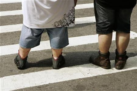 Pedestrians wait to walk across a street near Times Square in New York August 28, 2007. REUTERS/Lucas Jackson