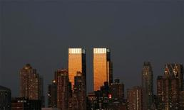 <p>Башни-близнецы Time Warner в Нью-Йорке 13 сентбяр 2007 года. YouTube подписал с Time Warner Inc соглашение о трансляции кабельных программ компании, сообщил популярный сайт онлайн-видео в среду. REUTERS/Gary Hershorn</p>