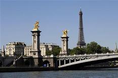 <p>Вид на мост Александра III через реку Сену в Париже 4 августа 2009 года. Увольняемые рабочие французской транспортной компании угрожают отравить воды Сены, если их требования о выплате дополнительной компенсации не будут удовлетворены, сообщили представители профсоюза в четверг. REUTERS/Jacky Naegelen</p>