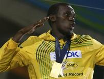 <p>O corredor jamaicano Usain Bolt com a medalha de ouro pela prova de 200 metres rasos em Berlim. REUTERS/Fabrizio Bensch</p>