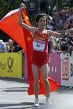 <p>Bai Xue comemora o primeiro título chinês em uma maratona feminina em Berlim. REUTERS/Wolfgang Rattay</p>