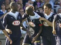 <p>Os jogadores do Girondins Bordeaux comemoram o gol do capitão do time Alou Diarra (centro) que fechou o placar contra o Nice em 4 a 0 no dimngo em Bordeaux. REUTERS/Olivier Pon</p>
