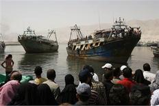 <p>Egyptian fisherman, who were held captives by Somali pirates, are greeted by relatives and friends as they arrive in the port of Suez, August 23, 2009. REUTERS/Asmaa Waguih (EGYPT CRIME LAW)</p>