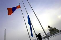 <p>МОнгольский лаг развевается на площади перед парламентом страны в Улан-Баторе 14 января 2006 года. Сулившая Монголии миллиарды долларов в добычу урана и инфраструктуру Россия надеется продолжить переговоры с новым президентом степной республики - лидером оппозиции, пригрозившим пересмотреть соглашения с иностранными инвесторами в горнодобыче. REUTERS/ Nir Elias</p>