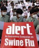 <p>Escolares sostienen un cartel mientras participan en una campaña para prevenir el virus de la influenza H1N1 en Hyderabad, India, 17 ago 2009. Asia deberá hacer frente a una escasez de vacunas contra la nueva cepa de influenza pandémica H1N1 cuando la próxima ola de infecciones golpee en la temporada de invierno boreal de este año, señaló el martes un portavoz de la Organización Mundial de la Salud (OMS). Australia y China comenzarán a producir las inmunizaciones en septiembre, pero esas dosis serían usadas localmente y el resto de la región no se beneficiaría. REUTERS/Krishnendu Halder/Archivo</p>