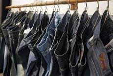 <p>Un negozio di jeans. REUTERS/Albert Gea (SPAIN)</p>