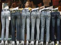"""<p>Продавец зазывает покупателец в торговом центре в Маниле 5 января 2008 года. Австралийский ритейлер Jeanswest установил камеры в примерочных для того, чтобы помочь женщинам ответить на главный, постоянно мучающий их вопрос: """"Не слишком ли большой выглядит моя попа в этих джинсах?"""" REUTERS/Cheryl Ravelo</p>"""