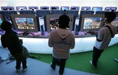 <p>Visitantes juegan con la concola Xbox de Microsoft en un evento en Chiba, al este de Tokio, 11 oct 2008. Microsoft va a recortar en 100 dólares el precio de la Xbox 360, su consola de juegos más avanzada, en un nuevo capítulo de la guerra de precios en el mercado de las consolas de cara a la temmporada de compras navideñas. REUTERS/Yuriko Nakao</p>