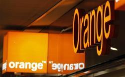 <p>Orange a acquis le réseau britannique de publicité numérique Unanimis, annoncent les deux entreprises. Selon la filiale de téléphonie mobile de France Télécom, cette acquisition, dont les conditions financières n'ont pas été révélées, va augmenter ses revenus tirés de la publicité sur les téléphones mobiles et sur internet. /Photo d'archives/REUTERS/Eric Gaillard</p>
