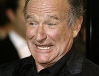 """<p>El actor Robin Williams, del filme """"World's Greatest Dad"""", posa durante el estreno de la cinta en Los Angeles, 13 ago 2009. El actor y humorista estadounidense Robin Williams protagonizará la comedia romántica """"Wedding Banned"""". El proyecto del estudio Touchstone Pictures gira en torno a una pareja divorciada que secuestra a su hija el día de su boda para evitar que cometa los mismos errores que ellos. REUTERS/Fred Prouser</p>"""